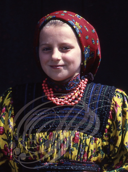CERTEZE (Oas - Roumanie) : Petite fille en costume traditionnel